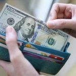 В Украине можно будет получать зарплату и страховать жизнь в долларах
