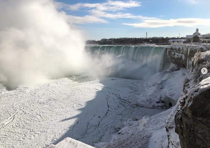 Замерз красивейший водопад (фото)